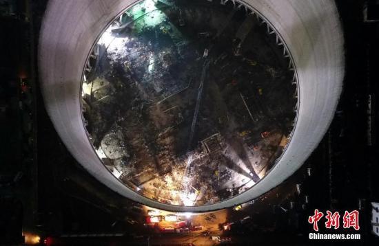 11月24日晚,搜救职员正在现场对失联职员停止搜救。刘占昆 摄
