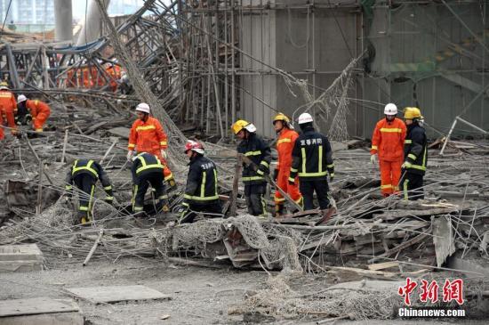 资料图:江西省宜春市丰城电厂三期在建项目冷却塔施工平桥吊倒塌事故现场,大量救援人员在现场搜救。刘占昆 摄