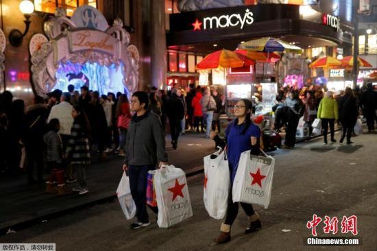 """当地时间2016年11月24日,美国纽约,在曼哈顿梅西百货消费者涌入买商品,迎接""""黑色星期五""""血拼日。"""