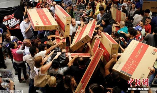 """11月25日,各国消费者迎来""""黑色星期五""""折扣日,民众倾巢出动来到大卖场,选购自己心仪的货物。"""