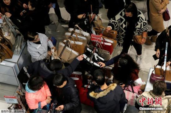 资料图:消费者涌入美国曼哈顿梅西百货购买商品。