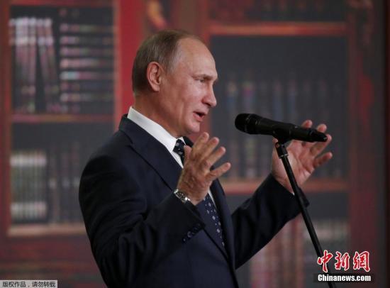 当地时间2016年11月24日,俄罗斯莫斯科,普京总统出席俄罗斯地理协会奖颁奖典礼,跪地与小正太亲切互动 。