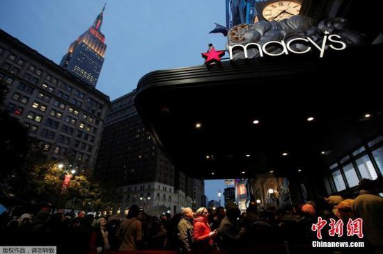资料图:美国纽约,消费者涌入梅西百货购买商品。