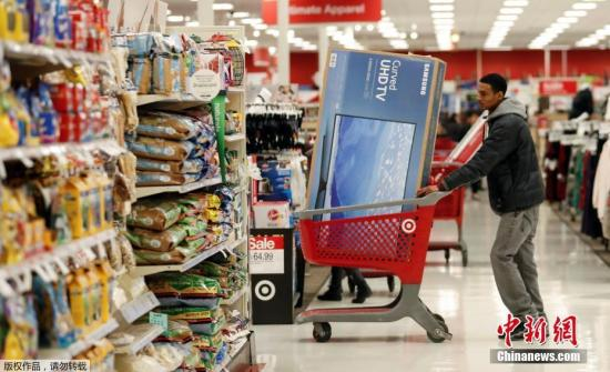"""资料图片:""""黑色星期五"""",民众超市购物。"""
