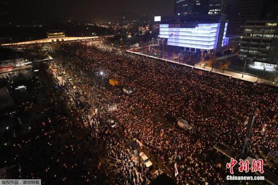 资料图:韩国民众举行要求总统朴槿惠下台的集会。
