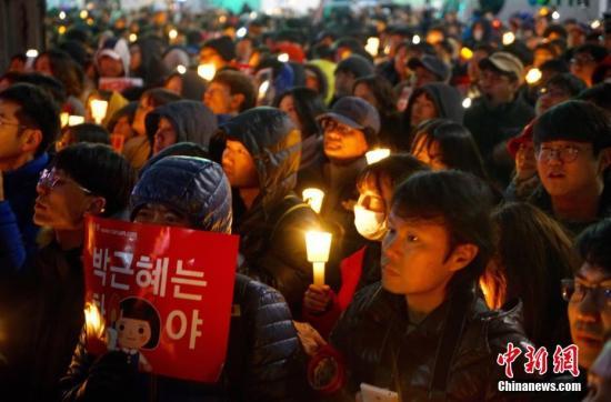 """2016年11月26日,韩国爆发""""亲信干政""""事件后第五轮大规模集会。首尔示威人群一度游行至距离青瓦台仅200米左右的街道,要求总统朴槿惠辞职对该事件负责。中新社记者 吴旭 摄"""