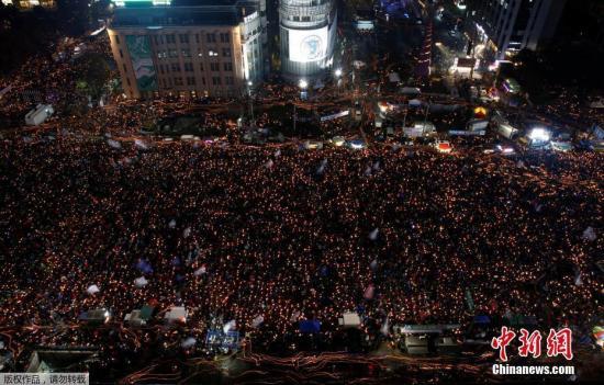 当地时间11月26日,韩国民众举行要求总统朴槿惠下台的第五轮集会。