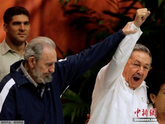 资料图:2011年4月19日,古巴首都哈瓦那,菲德尔・卡斯特罗(左)和新当选的古共第一书记劳尔・卡斯特罗出席古巴共产党六大闭幕式。