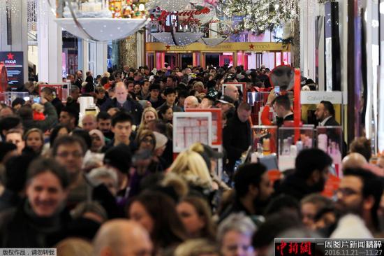 """资料图:当地时间2015年11月24日,美国纽约,在曼哈顿梅西百货消费者涌入买商品,迎接""""黑色星期五""""血拼日。"""