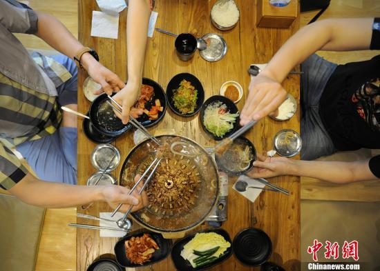 资料图:几个年轻人在一家韩餐厅内聚餐。中新网记者 李霈韵 摄
