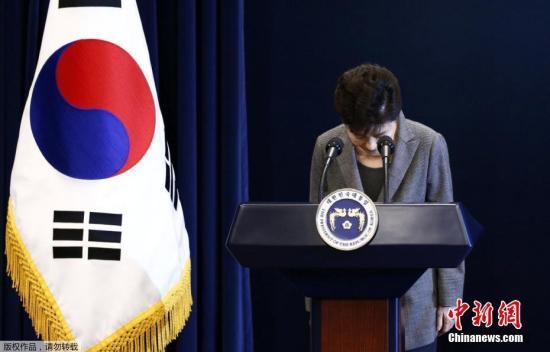 """据韩联社报道,当地时间11月29日下午2时30分,韩国总统朴槿惠发表""""亲信门""""事件后的第3次对国民谈话。朴槿惠指出,将把总统任期相关问题交给国会和朝野两党决定,遵守相应规定。"""