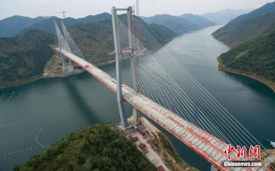 资料图:航拍实现合龙的红水河特大桥。中新社记者 贺俊怡 摄