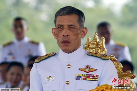 新任泰国国王将加冕民众抢购纪念徽章及衬衫