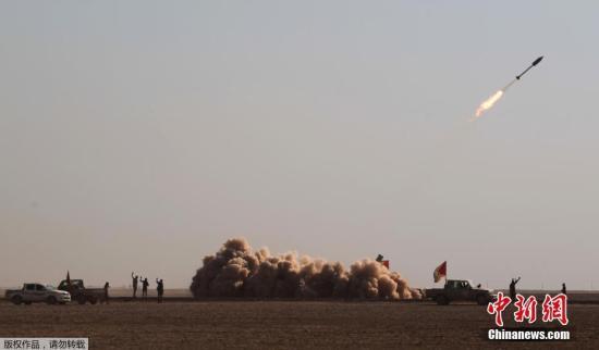 资料图:伊拉克士兵发射一枚火箭弹。