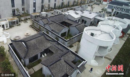 """11月29日,江苏省苏州工业园区一厂区建""""迷你小镇"""",中式古典庭院、中式现代庭院、3D打印6层楼、可移动式建筑、异形建筑、3D打印1100�O奢华别墅等多栋3D打印建筑令人目不暇接。 图片来源:视觉中国"""