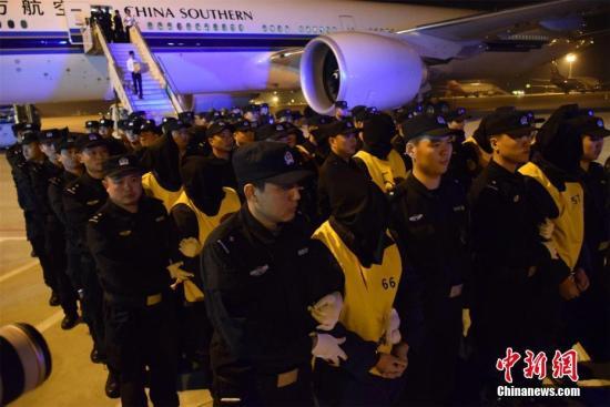 11月29日晚,载有74名电信诈骗嫌疑人的中国南航波音777飞机降落武汉天河机场。74名嫌疑人系湖北襄阳警方从马来西亚押回,包括大陆53人和台湾21人。今年10月,中国公安部派员率领由湖北公安民警组成的工作组赴马来西亚。在马来西亚吉隆坡、槟城打掉4个电信网络诈骗团伙,抓获74人,破获涉及中国大陆31个省市区500余起案件,涉案金额6000余万元人民币。马芙蓉 摄