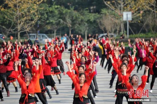 资料图:女性跳广场舞。 张浪 摄