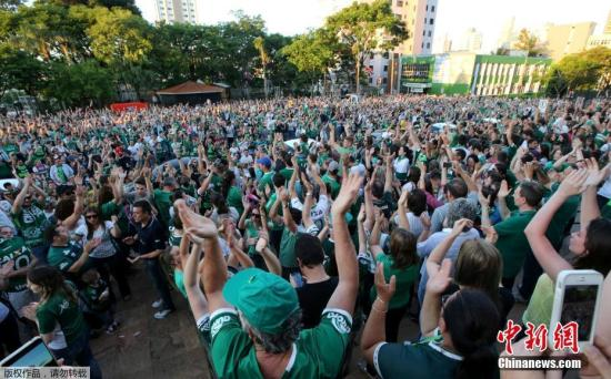 大批沙佩科恩斯球队球迷聚集在一起,为遇难的球员祈祷。