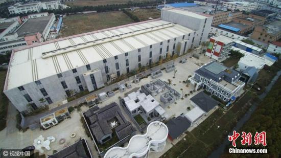 """11月29日,江苏省苏州工业园区一厂区建""""迷你小镇"""",中式古典庭院、中式现代庭院、3D打印6层楼、可移动式建筑、异形建筑、3D打印1100㎡奢华别墅等多栋3D打印建筑令人目不暇接。 图片来源:视觉中国"""