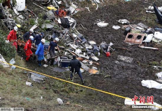 2016年11月29日,哥伦比亚,巴甲球队沙佩科恩斯遭遇空难,工作人员搜救事故现场抬离遇难者遗体。