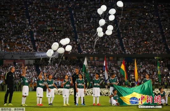麦德林球场上,巴西队只剩下伴场球童,现场放飞白色气球,悼念遇难球员。南美足协官方宣布,将暂停一切足球相关活动。