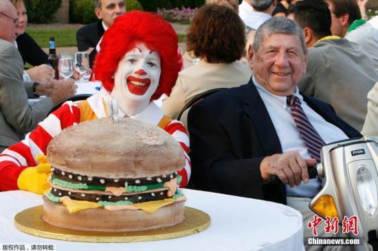 """资料图:发明国际连锁快餐店麦当劳招牌食品""""巨无霸""""(Big Mac)的美国男子德利加蒂。"""