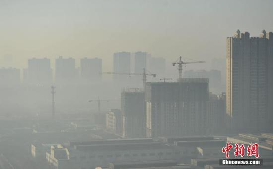 12月1日,河北省分区启动区域红色(Ⅰ级)应急响应和区域橙色(Ⅱ级)应急响应,这也是河北首次启动区域红色应急响应。据河北省大气污染防治工作领导小组办公室介绍,本次重污染过程预计出现在12月2日至4日。图为1日早上8点左右的石家庄街头,在建楼盘被雾霾笼罩。 中新社记者 翟羽佳 摄