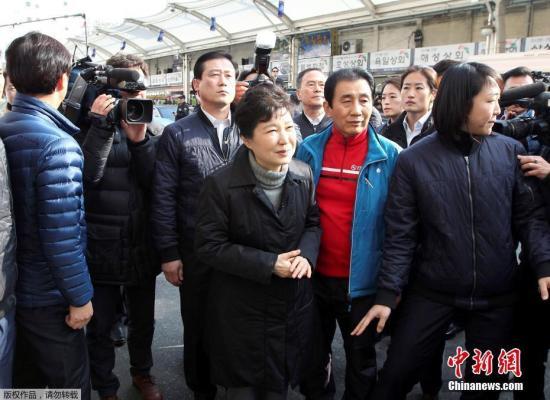 当地时间12月1日,韩国总统朴槿惠现身大邱遭大火烧毁市场进行视察,该市场于11月30日发生大火。