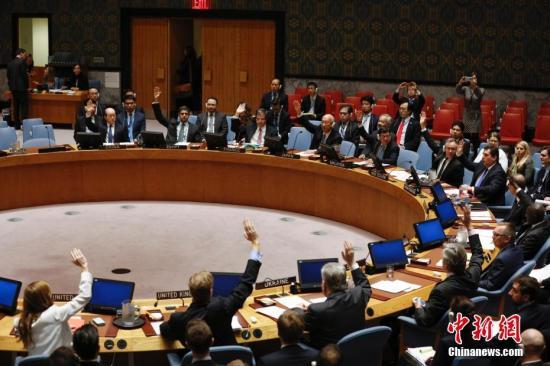 资料图:当地时间2016年11月30日,联合国安理会在纽约联合国总部一致通过决议,谴责朝鲜9月9日进行核试验,要求朝鲜放弃核武器和导弹计划,并决定对朝鲜实施新制裁措施。图为安理会成员举手表决。<a target='_blank' href='http://www.chinanews.com/'>中新社</a>记者 廖攀 摄
