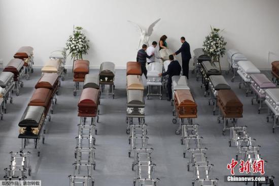 当地时间2016年12月1日,哥伦比亚麦德林,遭遇空难的巴西沙佩科恩斯球员的亲友在棺材前哀悼逝者。