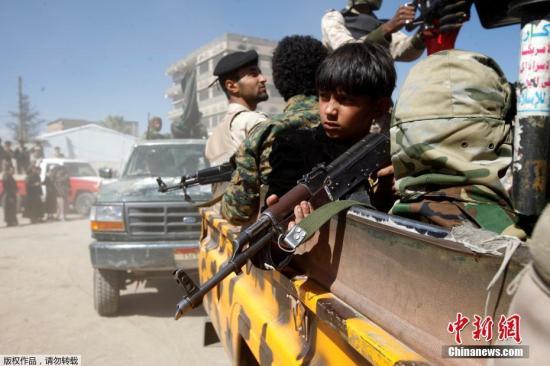 """资料图:当地时间2016年12月1日,也门萨那,也门胡塞武参加动员,将与政府军交战,持枪""""儿童军""""参加 。"""