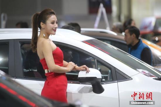 资料图:在江苏南京举办的国际车展上,伴随着展出的各款汽车,众多靓眼模特齐亮相,引发参观者围观。<a target='_blank' href='http://www.chinanews.com/'>中新社</a>记者 泱波 摄
