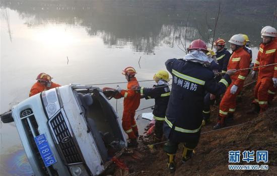 12月2日,遇难者遗体被打捞出水。当日早6时左右,湖北鄂州庙岭镇附近发生一起重大交通事故,目前,已致18人死亡,2人在医院接受治疗。司机李某目前已被警方控制。新华社记者 肖艺九 摄 图片来源:新华网