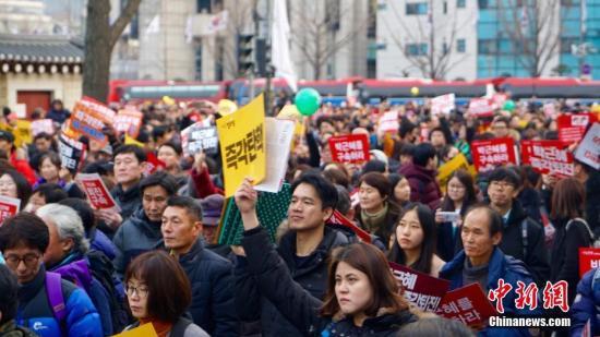 """12月3日,韩国爆发""""亲信干政""""事件后第六轮大规模集会。"""