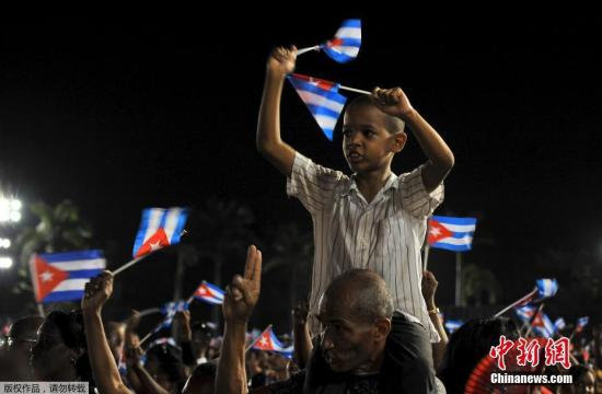 当地时间12月3日,运送菲德尔·卡斯特罗骨灰的车队沿着1959年古巴革命胜利时的路线一路东行,途经古巴13个省份最终抵达圣地亚哥市。古巴民众自发组织集会悼念古巴革命领袖菲德尔·卡斯特罗。