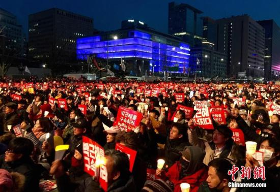 """12月3日,韩国爆发""""亲信干政""""事件后第六轮大规模集会。首尔示威人群一度游行至青瓦台百米外,反对朴槿惠在第三次对国民谈话中作出""""有条件""""下台的表态,要求其立即辞职。主办方称全国有232万人参加集会,警方估计实际规模达43万人以上,再次刷新此前集会人数纪录。 <a target='_blank' href='http://www.chinanews.com/'>中新社</a>记者 吴旭 摄"""