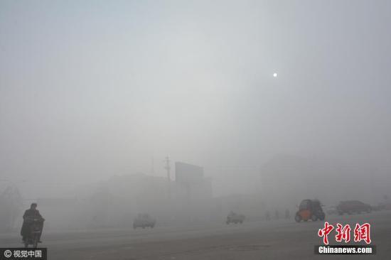 """资料图:图为河北省邯郸市肥乡区城区被雾霾""""封锁""""。图片来源:视觉中国"""