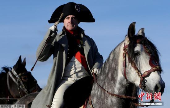 """近日,捷克布尔诺附近斯拉夫科夫,历史爱好者重演战争场面,纪念奥斯特利茨战役211周年。1805年,拿破仑在捷克的奥斯特利茨以少胜多,大败沙皇俄国和奥地利联军,为自己赢得了""""欧洲第一名将""""的美誉。"""