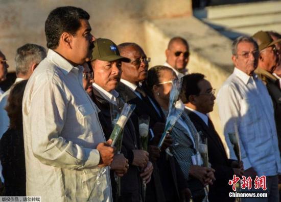 当地时间2016年12月4日,古巴圣地亚哥,古巴前领导人菲德尔·卡斯特罗的骨灰下葬仪式在圣伊菲热尼亚墓地举行,古巴现任领导人劳尔-卡斯特罗亲自安葬哥哥菲德尔-卡斯特罗的骨灰。