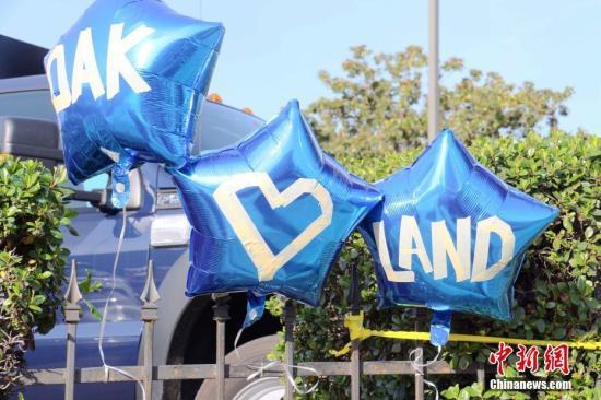 当地时间12月4日,民众在奥克兰市31大街仓库附近摆放气球纪念在火灾中不幸遇难者。 <a target='_blank' href='http://www.chinanews.com/'>中新社</a>记者 刘丹 摄