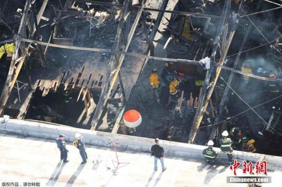当地时间12月4日,奥克兰市31大街仓库。2日深夜,名为幽灵船的一间艺术家租用的仓库举行音乐晚会,突发火灾。