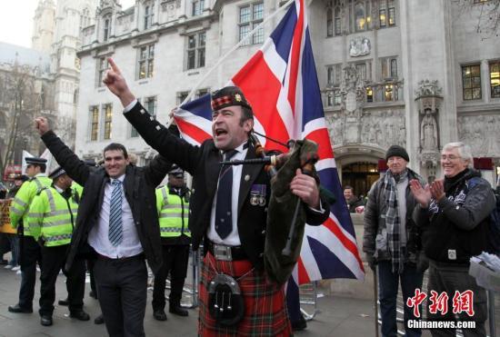 支持英国脱欧的民众在法院门外发表演讲。 <a target='_blank' href='http://www.chinanews.com/'>中新社</a>记者 周兆军 摄