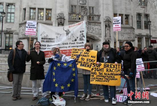 资料图:反对英国脱欧的民众在法院门外示威。 中新社记者 周兆军 摄