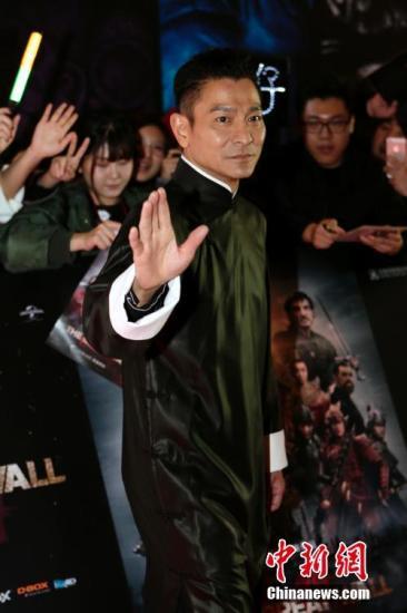 12月6日,张艺谋执导的贺岁电影《长城》发布会在北京举行,张艺谋导演携十二位主创亮相,并发布了饕餮版海报及预告。图为刘德华亮相红毯。中新社记者 李慧思 摄