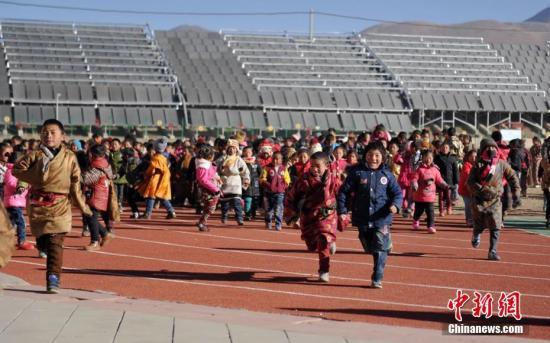资料图:四川藏区冬日暖阳下的校园。 中新社记者 刘忠俊 摄