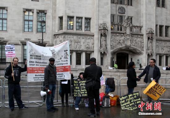 """当地时间12月7日,英国最高法院继续审理""""脱欧""""程序案,将就启动""""脱欧""""程序是否需要议会批准作出终审裁决。图为反对英国""""脱欧""""的民众在法院门外示威。<a target='_blank' href='http://www.chinanews.com/'>中新社</a>记者 周兆军 摄"""