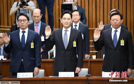 """12月6日,在韩国首尔,几位韩国大企业掌门人在听证会开始前宣誓。 当日,多位韩国大企业掌门人一起出席国会有关总统朴槿惠""""闺蜜门""""调查的听证会。"""
