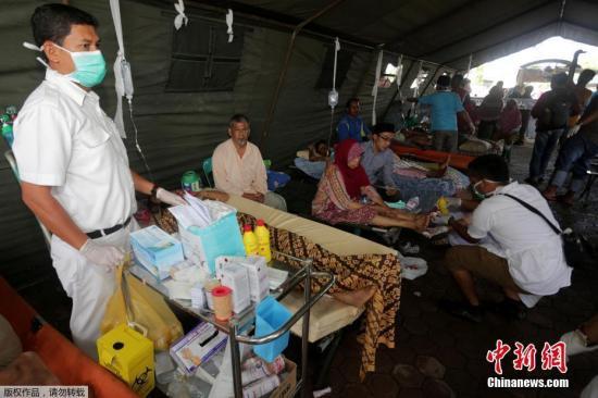 地震中受伤者在医院接受治疗。