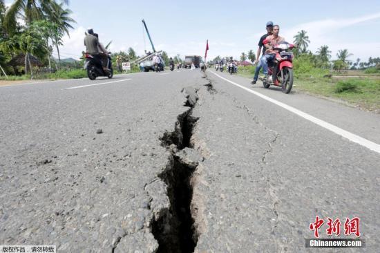 当地时间2016年12月7日,印尼苏门答腊岛附近海域(北纬5.30度,东经96.20度)发生6.8级地震,震源深度20千米。截至发稿时止,已造成数十人死亡,大量房屋倒塌。图为地震发生后,亚齐省的部分道路出现裂痕。