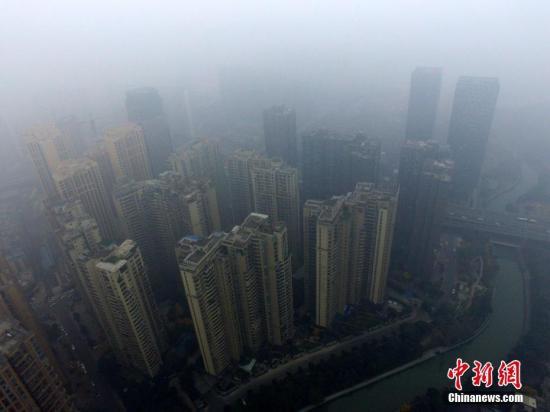 12月8日,成都市区的高楼笼罩在雾霾中。<a target='_blank' href='http://www.chinanews.com/'>中新社</a>记者 张浪 摄